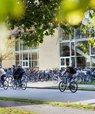 Cykler du til campus mandag til torsdag i uge 38, kan du møde AU's Grønne Team, som står centrale steder på campus i Aarhus og uddeler grønne snacks, cykelreflekser eller genanvendelige AU vandflasker. Det er en del af AU's nye cykelkampagne, som nu teste